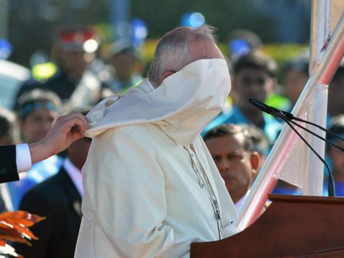 И смех и грех: ветер против Папы Римского