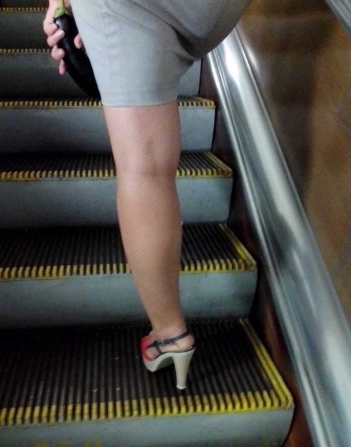 ролики задирают юбки на эскалаторе метро дрочить