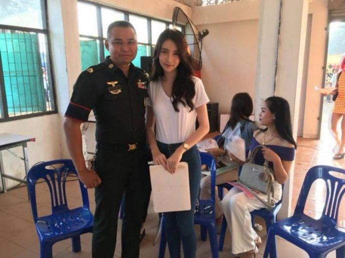 Тайская королева красоты-трансгендер получила повестку в армию