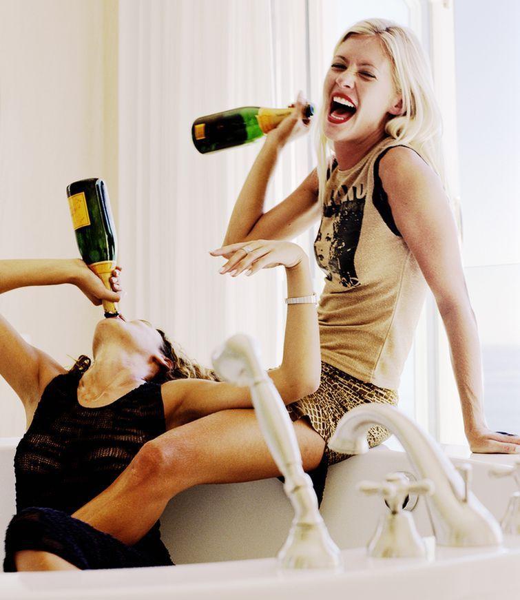 Девушки пьют картинки смешные