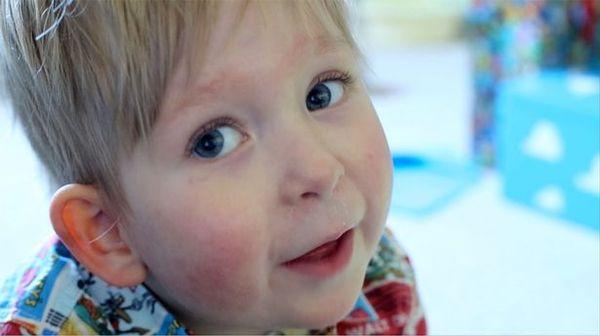 Помните мальчика, который родился почти без головного мозга? Вот как он живет теперь…