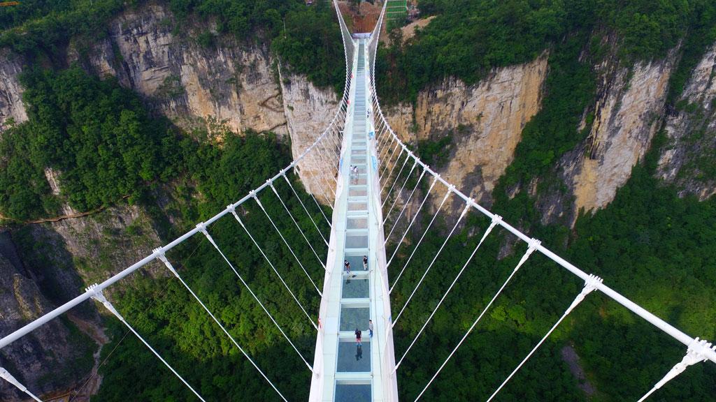 вполне стеклянный мост в японии фото акцентирует