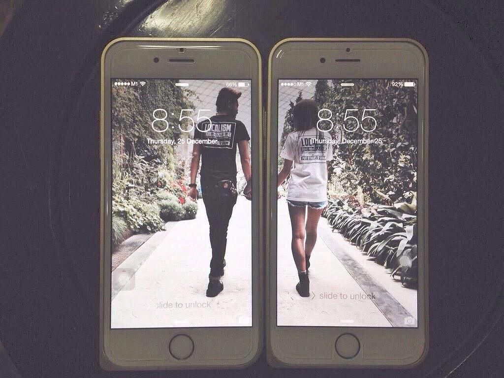 одна картинка на два телефона хвастается своей маме
