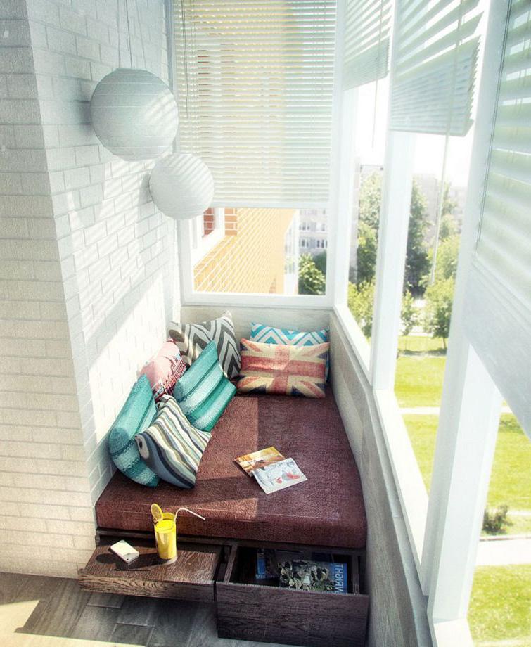 Лежанка на балконе.