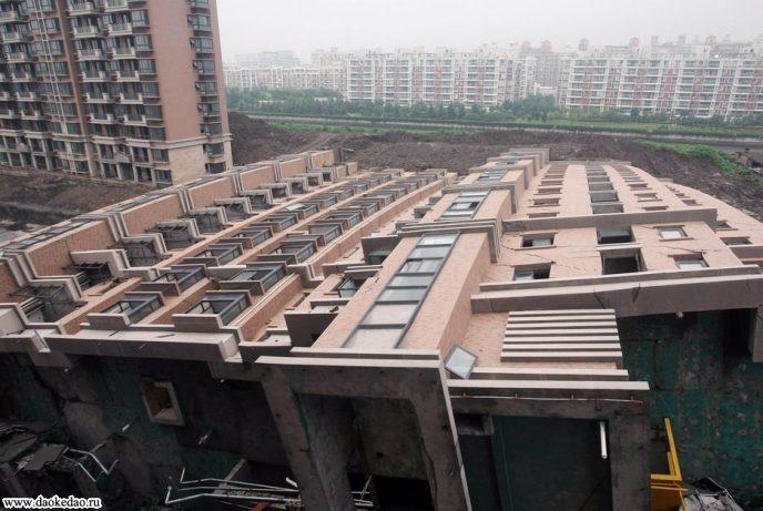 Картинки по запросу Шанхай, в Китае упал 13-этажный дом и остался невредимым