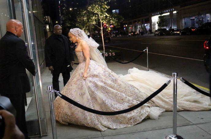 «Маленький размер»: в сети высмеяли свадебное платье Дженнифер Лопес