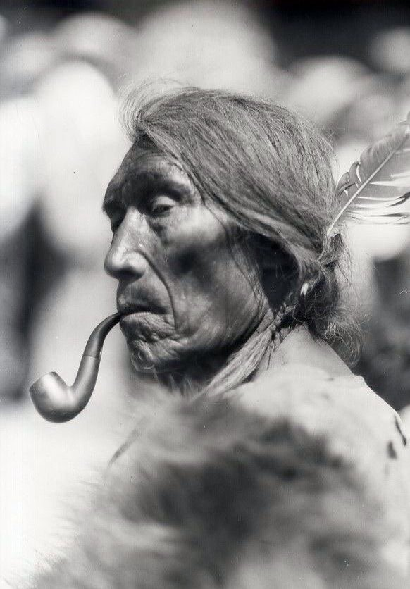 Индеец с трубкой мира фото