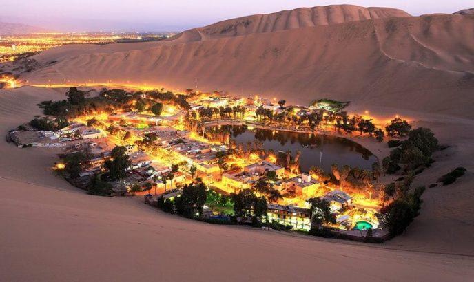 Чудо в пустыне: вокруг маленького озера в пустыне люди построили городок